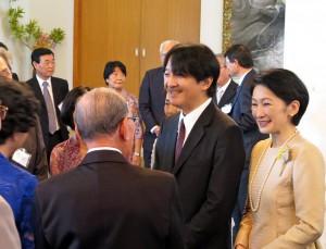 大使公邸で日系社会の皆さんと、緊張のほぐれた表情でご懇談されるご夫妻