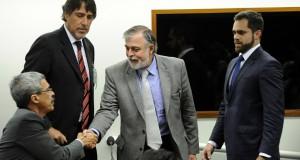 PBの議会調査委員会に出向いたコスタ被告(中央)(Luis Macedo /Camara dos Deputados)