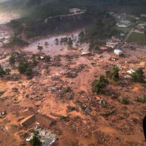 ダムが決壊した翌日のマリアナ市の様子。汚泥の濁流が屋根まで達している(Foto: Corpo de Bombeiros/MG, 05/11/2015)