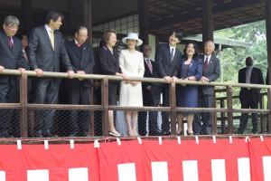 日本館を訪れ関係者と談笑するご夫妻