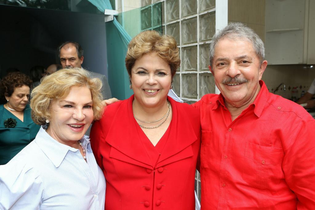ルーラ氏夫人のマリーザ氏(左)(Ricardo ... ルーラ氏夫人のマリーザ氏(左)(Rica