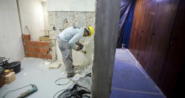女性用のトイレの設置作業を行う作業員達(Marcelo Camargo/Agência Brasil)