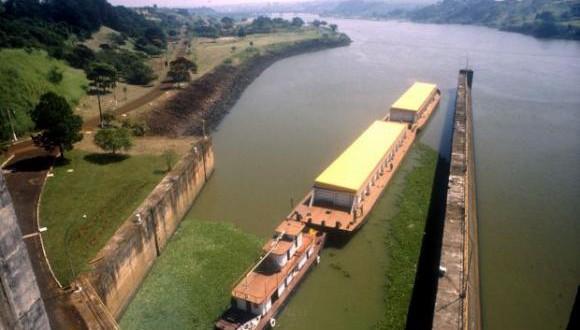 20カ月ぶりに運行が再会されたパラナ―チエテ水路の貨物船(Secretaria de Meio Ambiente/SP/Direitos Reservados)