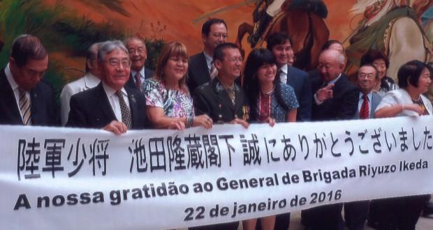 サンパウロでのお別れ会で笑顔を見せる池田少将(中央)