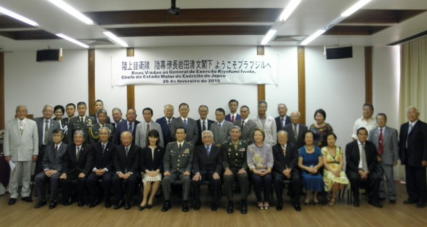 岩田幕僚長を囲んで記念撮影(椅子の左から6番目)