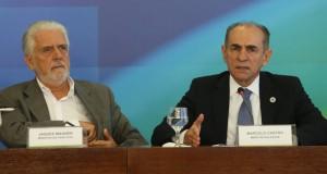 ジャッケス・ワグネル官房長官(左)とマルセロ・カストロ保健相(右)(Lula Marques/Agencia PT)