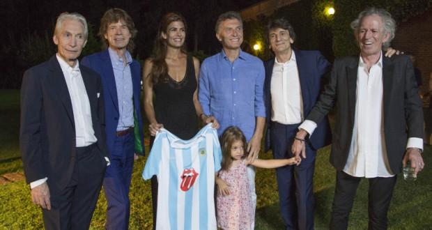 アルゼンチンのマクリ大統領一家と写真に収まるローリング・ストーンズ(Casa Rosada)