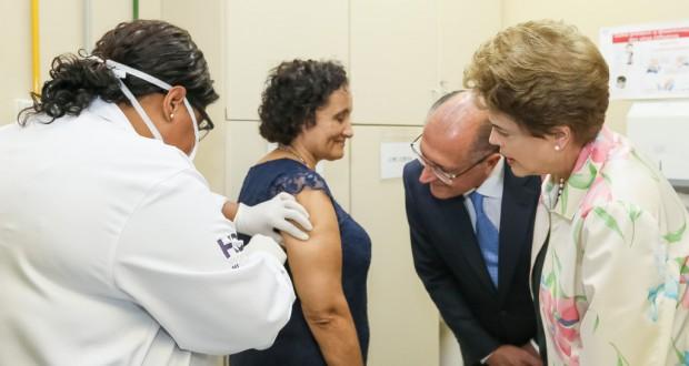 デング熱ワクチン検査を見守るジウマ大統領(右)(Roberto Stuckert Filho/PR)