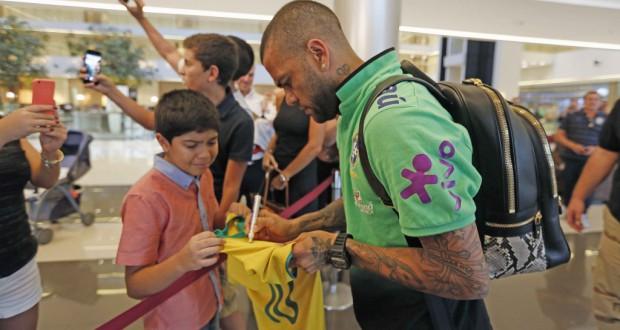 ホテルでファンの少年にサインをするブラジル代表ダニ・アウベス(Rafael Ribeiro/CBF 28/03/2016)