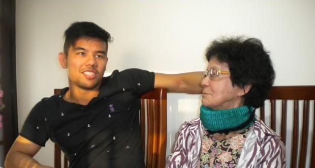 意気込みを語る知花(左)。祖母・弘子さんら一家の期待に応えることができるか