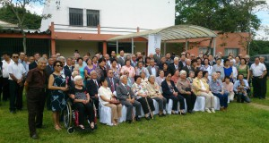 会館を背に出席者全員で記念写真