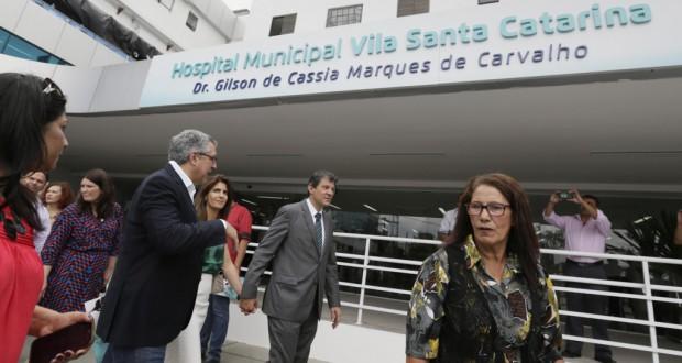 聖市の公立病院オープン式典のハダジ聖市長(中央)(Cesar Ogata/SECOM 15/12/11)