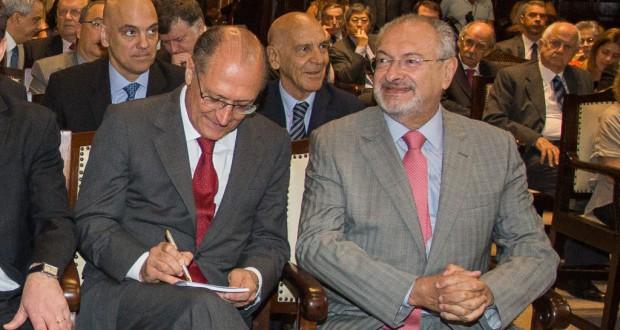 ジョゼ・レナート・ナリーニ聖州教育局長(右)(Ciete Silverio/A2img 14/12/2015)