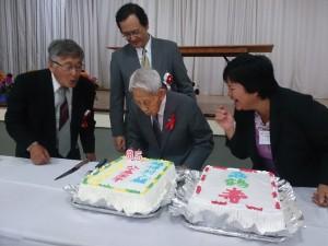 ロウソクの火を吹き消す(左から)上野会長、中前総領事、最高齢の杉本さん、上野婦人部長