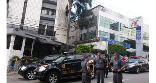 ルーラ氏の自宅前に停まった連警のパトカー(Fernanda Cruz/Agência Brasil)
