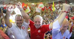 4日晩、強制聴取後にPT党本部で仲間に囲まれたカリスマ、ルーラ(Foto: Ricardo Stuckert/ Instituto Lula ,04/03/2016)