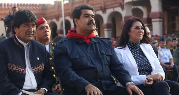 共に汚職の嫌疑がかけられているボリビアのエボ大統領(左)とベネズエラのマドゥーロ大統領(中央)(AVN/ABI 05/03/2016)