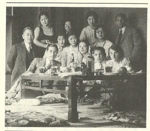 「日本新聞」翁長助成社長の家を訪れた沢田一家。左端が翁長。右端が沢田(『サ芸人』193頁)