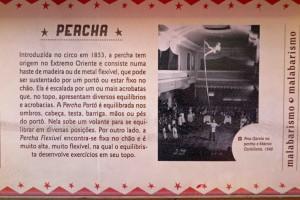 棒の上で行うこの曲芸には《極東に起源がある》との説明がCMC展示にある