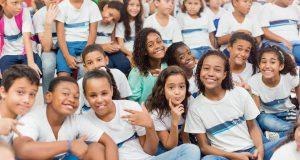 会場となるリオ市立マリリア・デ・ジルセウ小中学校の生徒たち(同校フェイスブックから許可を得て転載、2015年6月撮影)