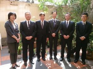 交代あいさつに訪れた飯田部長(左から3人目)ら