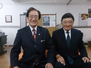交代あいさつに来社した坂和さん(左)と尾和新会長
