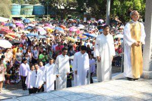 厳粛な雰囲気で拝殿に入る宮裏ラ米教化総長(生長の家ブラジル伝道本部提供)