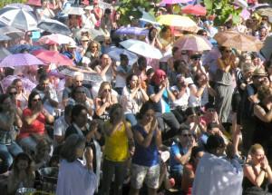 祈りを捧げる拝殿前に集まった信徒
