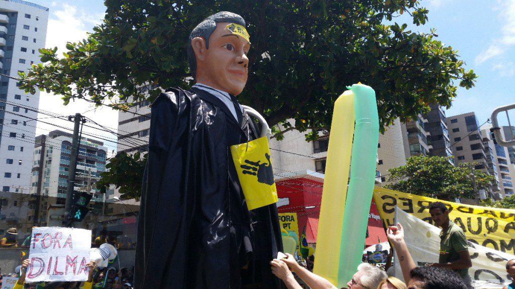 『フォーラ、ジウマ』とは、「やめろ!」という現大統領・ジルマ氏の辞職を求める野次。最近は汚職絡みで混沌となっているブラジル政界に対し、デモが各地で多く行われている。