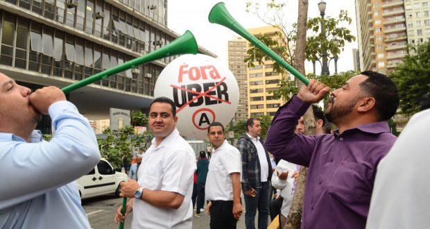 聖市議会前でUber反対の気勢を上げるタクシー運転手達(Rovena Rosa/Agencia Brasil)