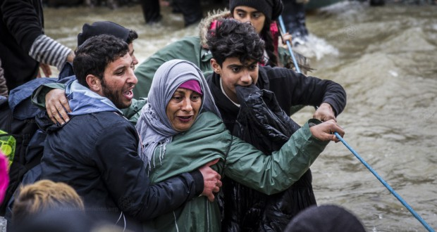 ロープを使って川を渡る難民(Manu Gomez/Fotomovimiento 14/03/2016)