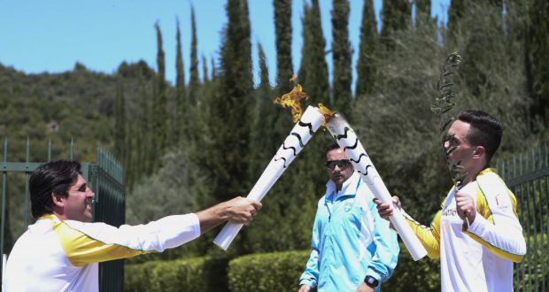 第1走者から聖火を受け取るジオヴァニ(左、Roberto Castro/ME)