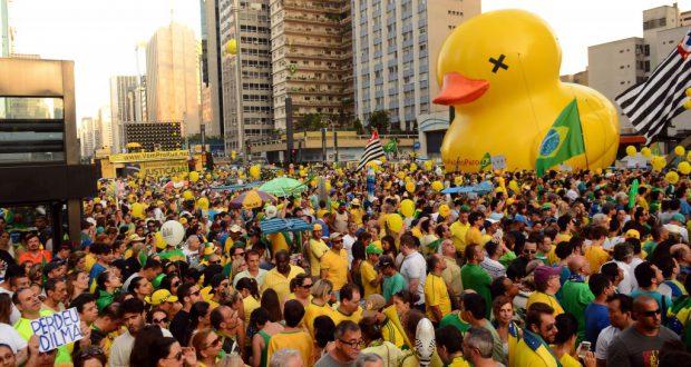パウリスタ大通りに集った罷免賛成派の市民達(Rovena Rosa/Agencia Brasil)