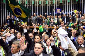 下院本会議場で17日、大統領罷免投票をする様子(Foto: Nilson Bastian/Camara dos Deputados)