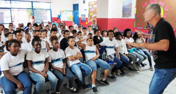 情熱を込めて語るダビ・レアル教師。先週は熊本地震をテーマに授業をしたといい、被災者への連帯の意味で開幕式にクマモンのTシャツで臨んだ