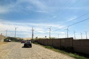 巨人が壁のように立ち並ぶさまを思わせる風力発電施設(フォルタレーザ近郊の海岸線)