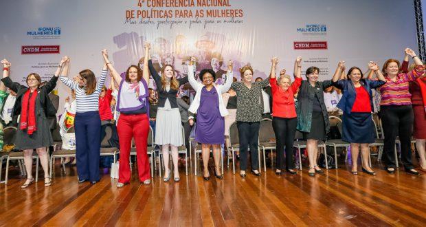参加者と手をつないで壇上に上がるジウマ大統領(Roberto Stuckert Filho/PR)