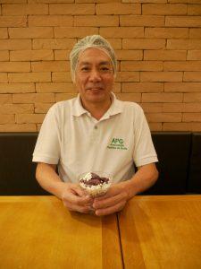 佐々木さんが手にするのは特製、味の濃いアサイー・アイス