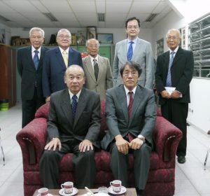 贈呈式に参加した皆さん。前列左から田呂丸哲治会長、梅田大使