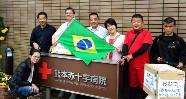 熊本まで運んだ橋本さん(左から2人目)ら