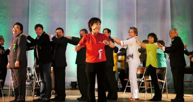 体操を指導する松本指導部長と来賓ら