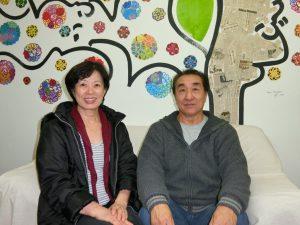 来社した塚本さんと妻の律枝さん