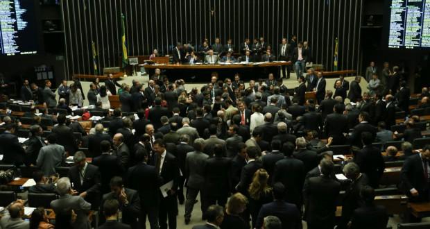 16時間に及ぶ討議の末、午前4時過ぎにMF修正案が承認された(Fabio Rodrigues Pozzebom/Agencia Brasil)