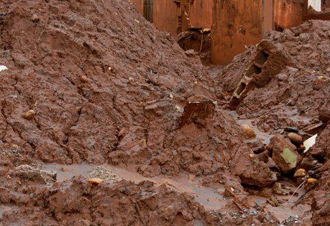 救助、捜索活動を阻む汚泥の山(Rogério Alves/TV Senado, 19/11/2015)