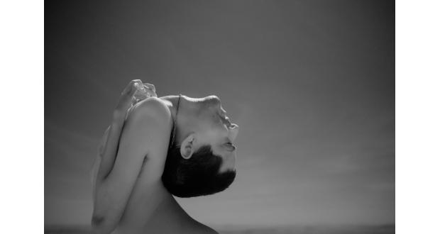 受賞した千葉さんの作品「世界を反対に見る男」