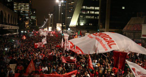 テーメル暫定政権発足に抗議するジウマ大統領支持者たち(Paulo Pinto/Agencia PT)