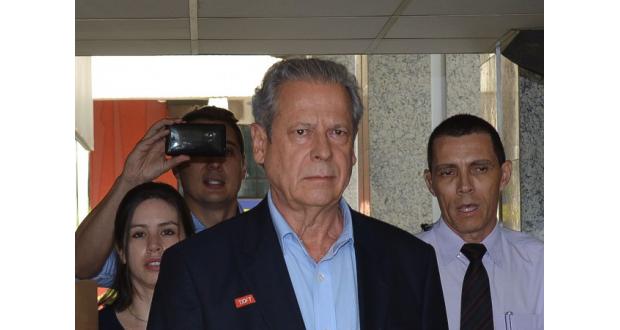 メンサロン事件の裁判後、昼間の外出が認められた時のジルセウ被告(Fabio Rodrigues Pozzebom/Agência Brasil, 11/04/2014)