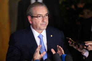 議席停止の暫定令を出された5日晩、涼しい顔で記者会見するクーニャ下議(Foto: Fabio Rodrigues Pozzebom/Agencia Brasil)