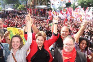 1日、サンパウロ市で中央統一労組(CUT)主催の「労働者の日」集会に参加したジウマ大統領(Foto: Roberto Parizotti/CUT)