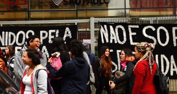 高校生達が占拠したCPSと締め切った門の前に集まった生徒達(4月29日、Rovena Rosa/Agência Brasil)